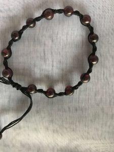 armbånd med mørkerød granat sten