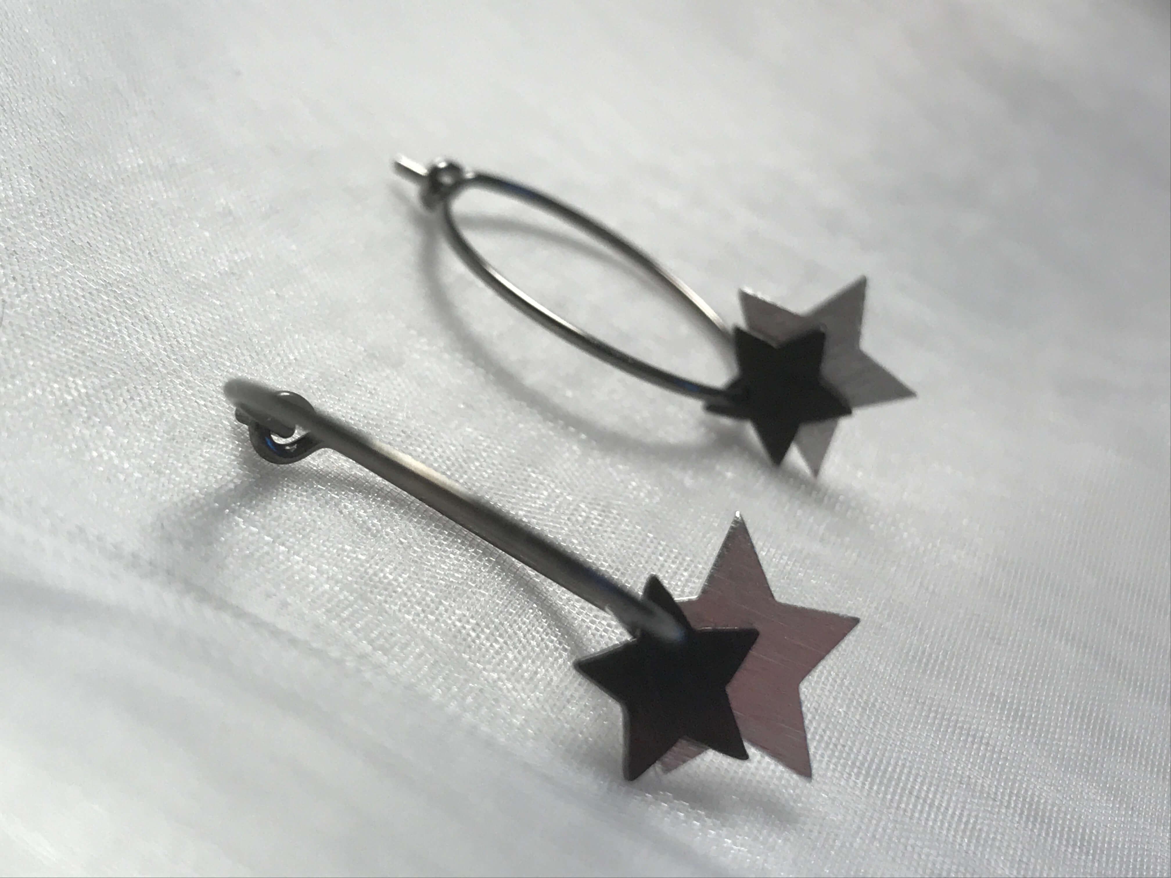 oxideret sølvøreringe med dobbeltstjerner i sølv og oxideret sølv