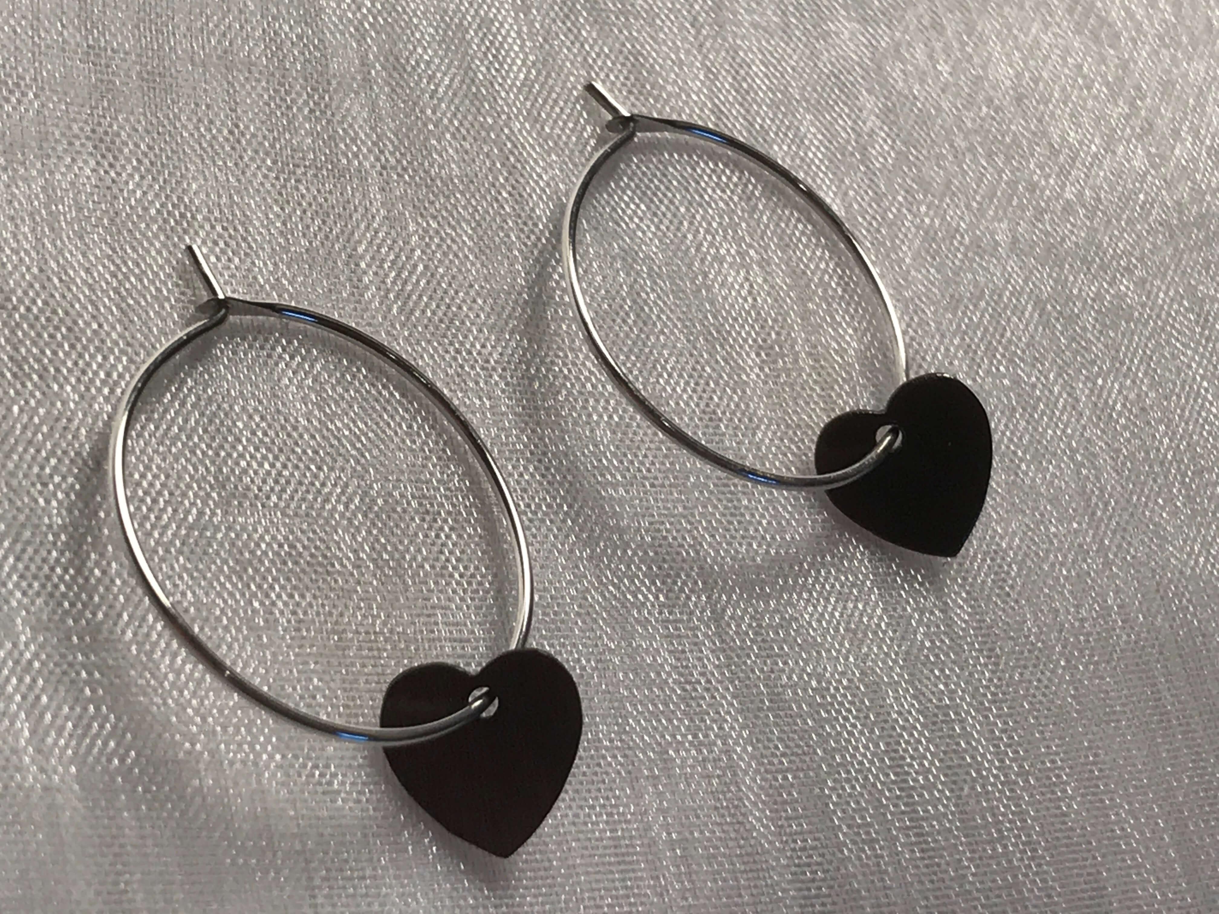 sølvøreringe med oxideret -sølv hjerte vedhæng